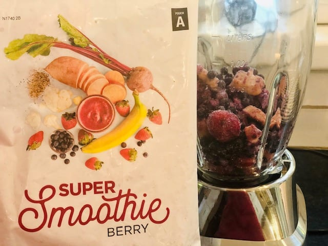 smoothie-box-berry flavor smoothie in blender-smoothiebox reviews-mealfinds